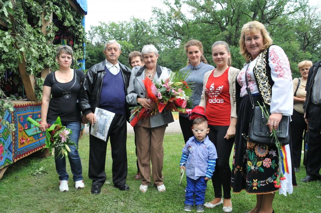 Familia Csinadi alături de prieteni, copii şi strănepot