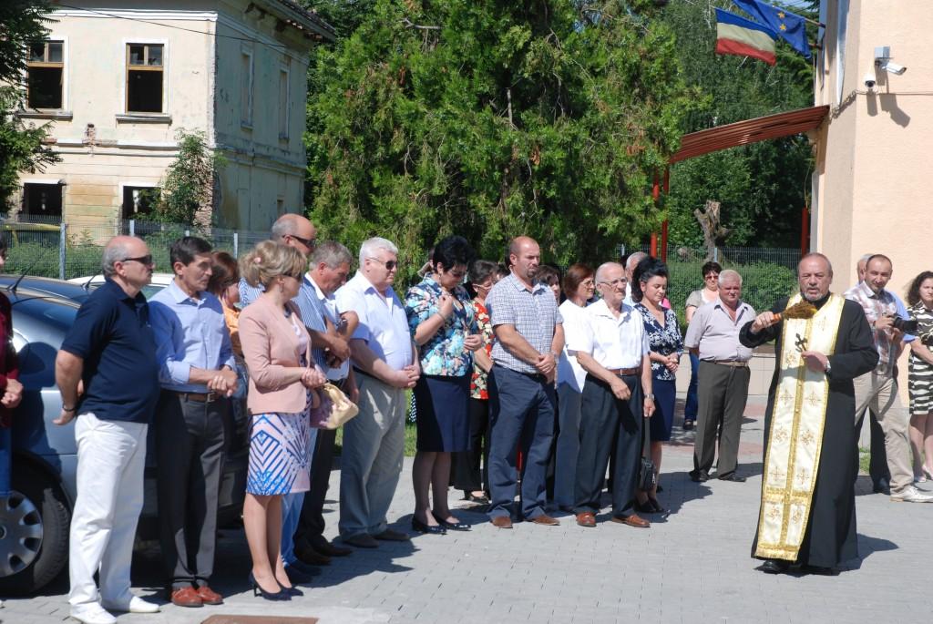 La sfintire au luat parte si inspectorul scolar Somesan   Stefan alaturi de primarul Maria Precup si viceprimarul Daniel Gliga