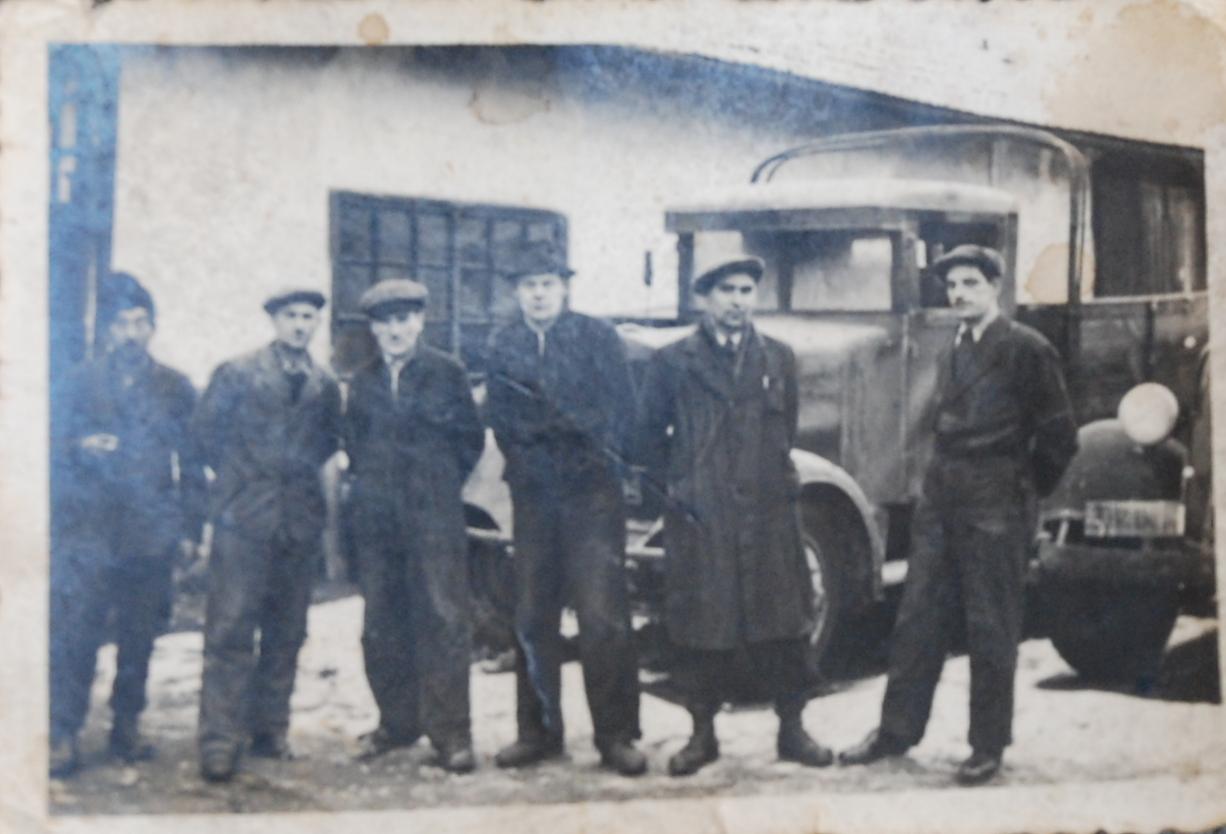 Haszan inconjurat de mecanicii de la atelierul sau in anii   40
