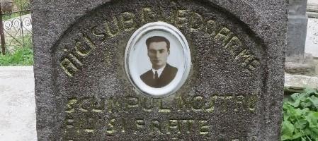 Mormantul avocatului Dr. Ioan Sulariu din cimitirul   Bisericii Ortodoxe din Rapa de Jos