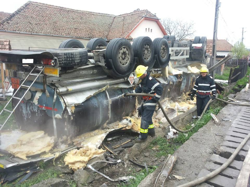 Cisternă cu bitum răsturnată în Vânători (sursa foto Facebook ISU Mures)