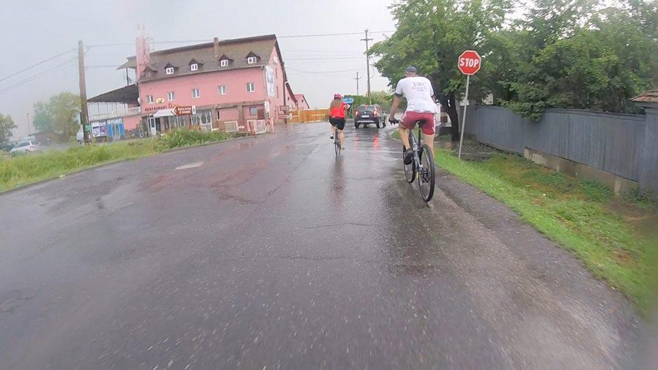 Spre final, pedalând prin ploaie